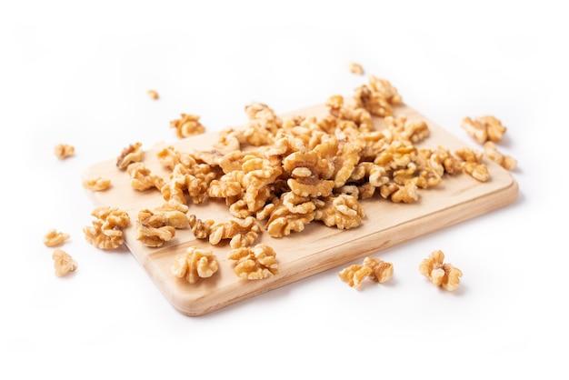 白の木製ボード上の皮をむいたナッツ Premium写真