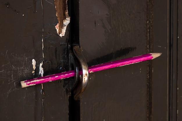 문을 잠그는 데 사용 된 연필 프리미엄 사진