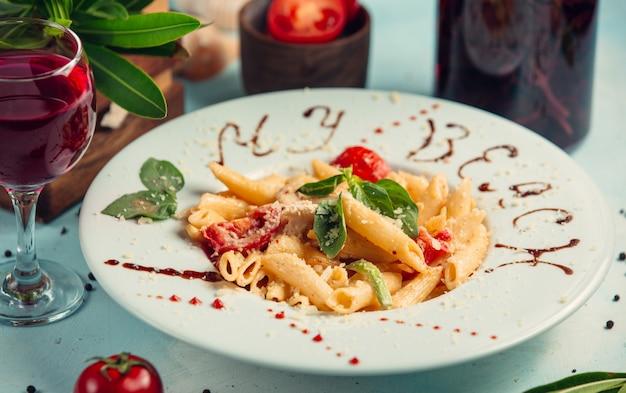 Паста пенне с помидорами, сыром пармезан сверху Бесплатные Фотографии