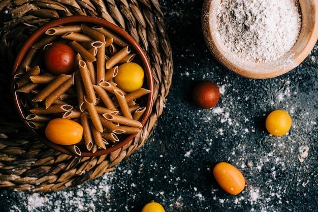 Пенне. вся пшеница макароны с яйцом на деревянный стол. здоровая пища. вегетарианская еда. рацион питания Premium Фотографии