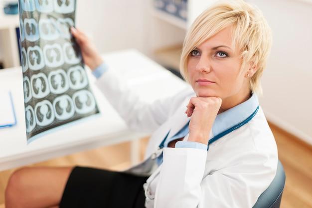 X線画像で物思いにふける女医 無料写真