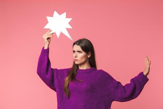 잠겨있는 어린 소녀 입고 스웨터 서 핑크 이상 격리, 빈 연설 거품, Outsretched 손을 잡고 프리미엄 사진