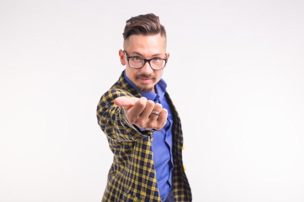 人とジェスチャーの概念-若い男はあなたを彼と一緒に、笑顔で、眼鏡をかけて行くように誘います Premium写真