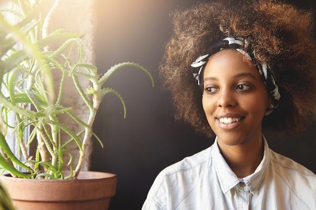 人とレジャー。 do-ragとフェイシャルピアスを身に着けている魅力的な若いアフリカ女性。 無料写真
