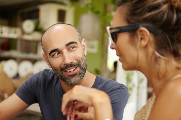 Люди и досуг. оживленная беседа в уличном кафе одной очаровательной пары. Бесплатные Фотографии