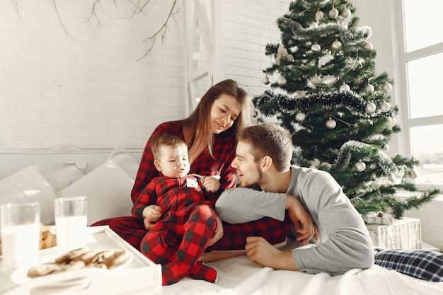 집에있는 사람들. 잠옷을 입은 가족. 쟁반에 우유와 크루아상. 무료 사진