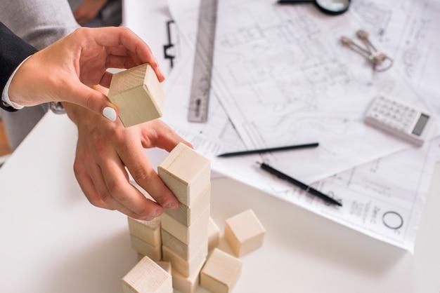 木製の塔を構築する人々 Premium写真