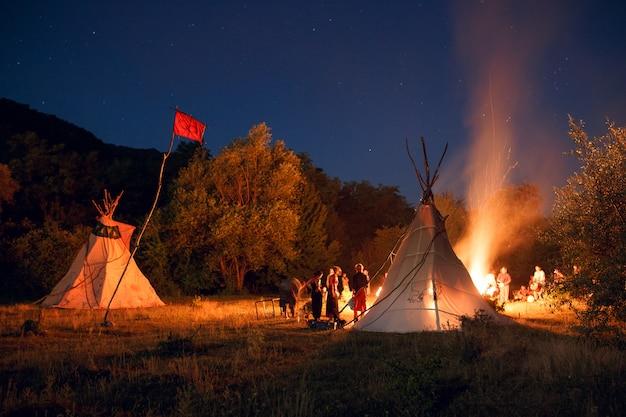 夜の森でキャンプする人々 Premium写真