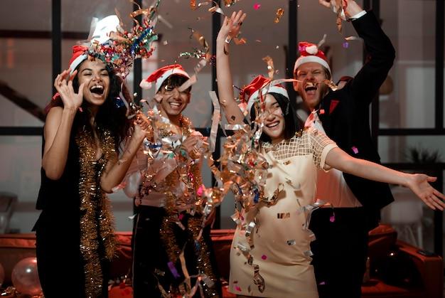 Люди празднуют канун нового года Premium Фотографии