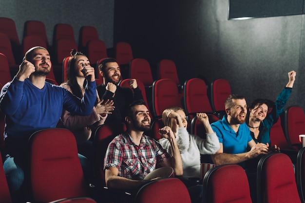 映画館で応援する人々 | 無料の写真