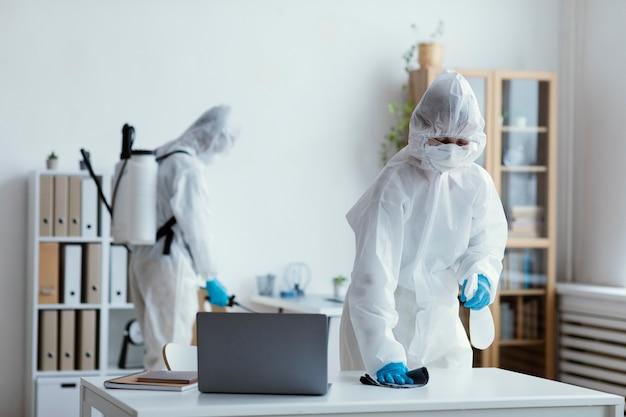 バイオハザードエリアを消毒する人々 無料写真