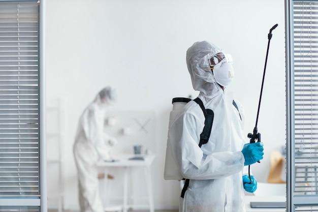 危険な場所を一緒に消毒する人々 無料写真