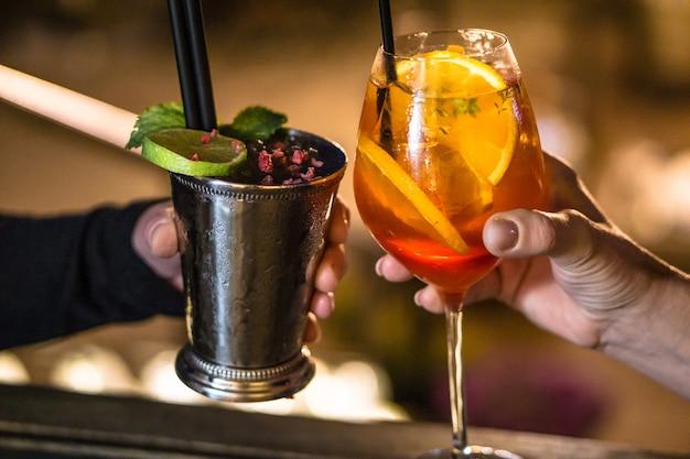 Persone che bevono cocktail insieme Foto Gratuite