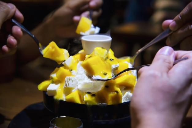 Люди едят сладкий десерт бинсу Бесплатные Фотографии