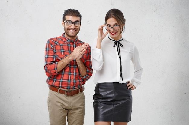 人、顔の表情、幸福の概念。格好良い若い女性はブラウスと黒の革のスカートを着ています。 無料写真