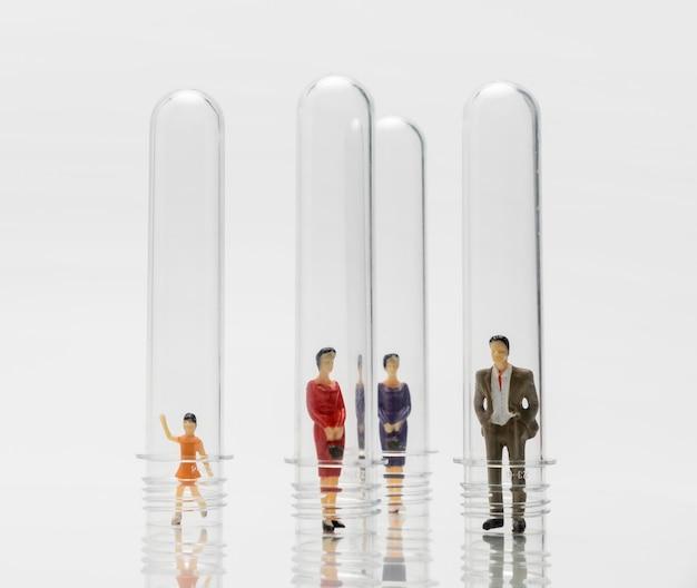Persone in tubi di vetro durante la pandemia di coronavirus per protezione Foto Gratuite