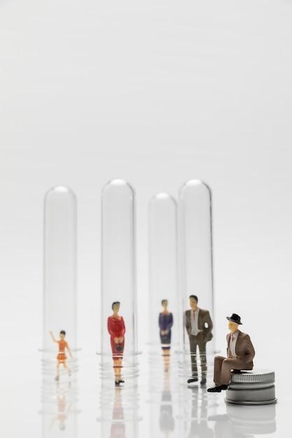 Persone in tubi di vetro durante la pandemia per la prevenzione Foto Gratuite