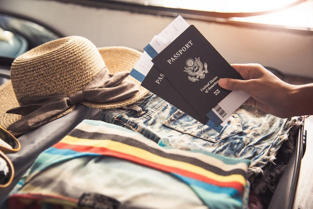 パスポートを持っている人、旅行用の荷物がある旅行用地図 Premium写真