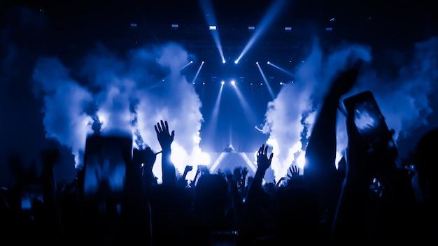 Люди на концерте Premium Фотографии