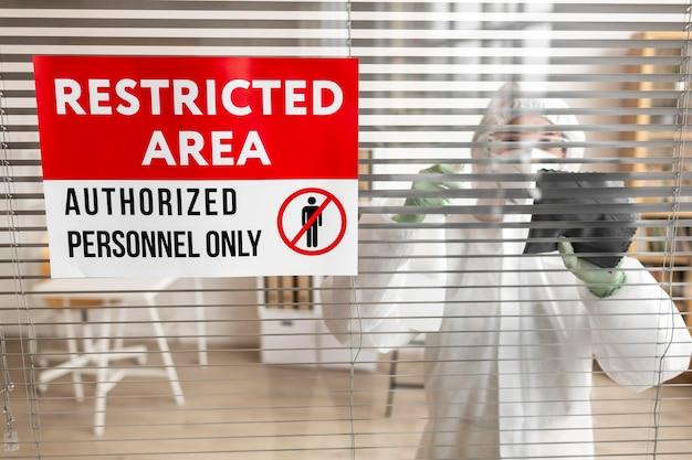 危険な場所を消毒する保護具を着用している人 無料写真