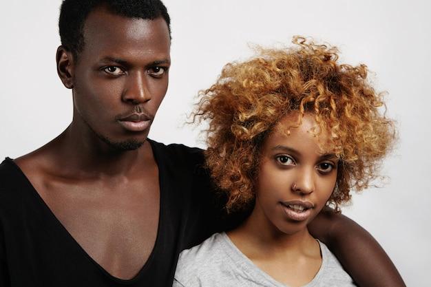 人、愛、そして関係。屋内で休むスタイリッシュな浅黒い肌のカップル 無料写真