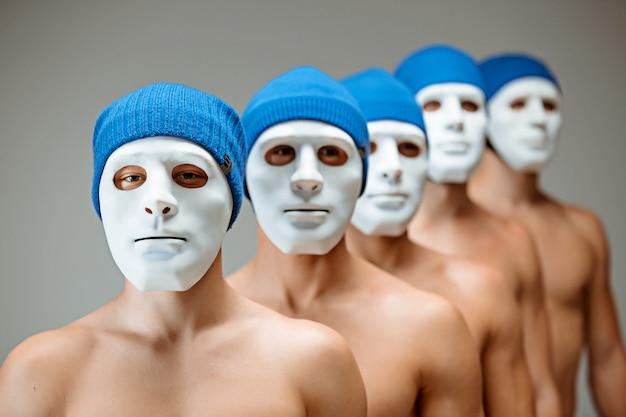 Le persone in maschera e le persone senza volto. concetto arancia meccanica. un riflesso del mondo interiore, contenuto ed essenza. Foto Gratuite