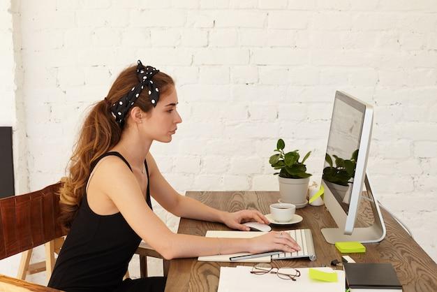 Люди, современные технологии, работа, род занятий, профессия, бизнес и концепция образования. серьезная сосредоточенная деловая женщина, работающая из дома, сидя на своем рабочем месте и вводя клавиатуру на компьютере Бесплатные Фотографии