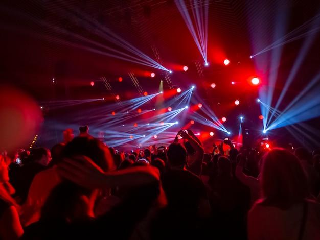 Люди на танцполе Premium Фотографии
