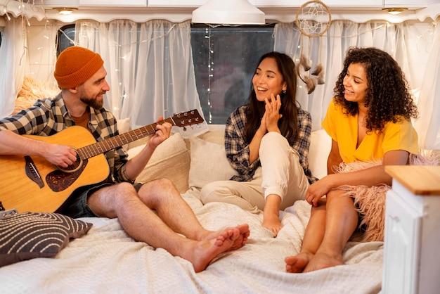Люди играют и поют концепцию приключенческой поездки Бесплатные Фотографии