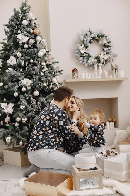 Люди ремонтируют на рождество. люди играют с ребенком. семья отдыхает в праздничном зале. Бесплатные Фотографии