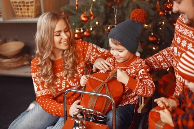 크리스마스를 위해 수리하는 사람들. 딸과 함께 노는 사람들. 무료 사진