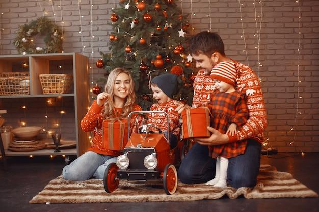 크리스마스를 위해 수리하는 사람들. 무료 사진