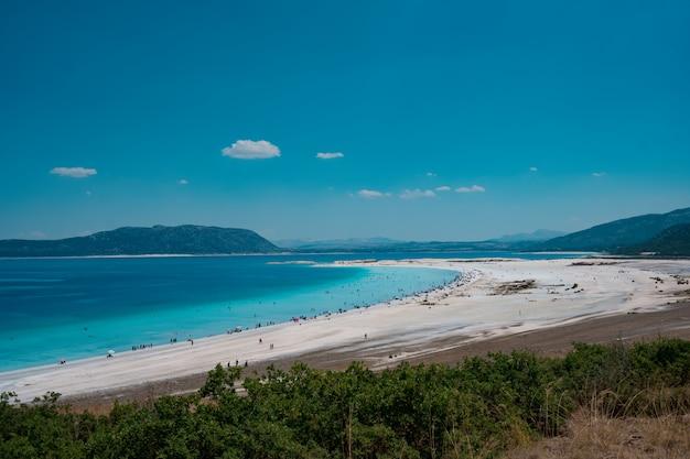 ビーチで休む人は夏休みを楽しむ 無料写真