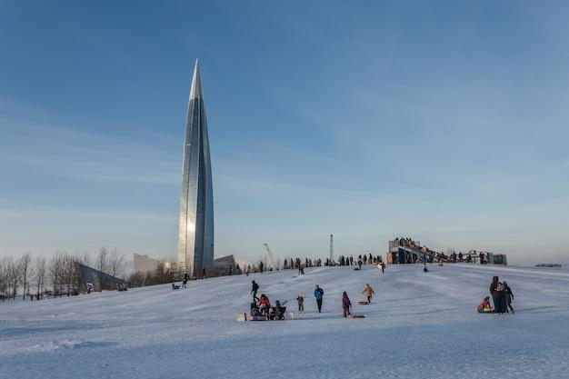 ロシアのサンクトペテルブルクにあるウィンターパークで楽しい時間を過ごす人々。 Premium写真