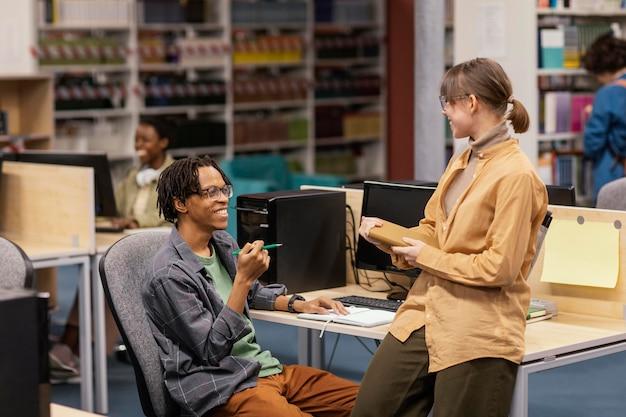 図書館で平和に勉強している人 無料写真
