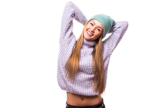 人々、スタイル、ファッションのコンセプト-カジュアルな服と流行に敏感な帽子の幸せな若い女性または十代の少女 無料写真