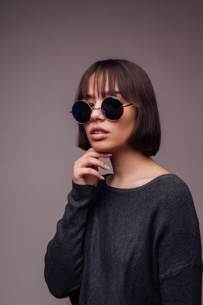 Люди, стиль и концепция моды - счастливая молодая женщина или девушка в повседневной одежде и солнцезащитных очках Бесплатные Фотографии