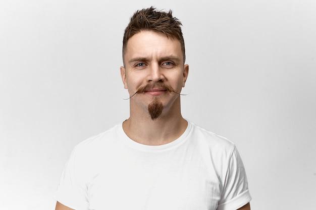人、スタイル、理髪、ファッションのコンセプト。理髪店で彼のニューススタイリッシュなヘアカット、口ひげ、あごひげを喜んで笑って、幸せな陽気な若いヨーロッパの流行に敏感な男の孤立したショット 無料写真