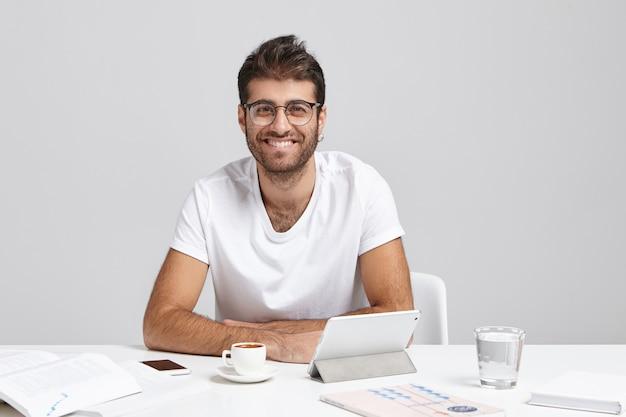 人、成功および昇進の概念。ファッショナブルな若いサラリーマンが丸い眼鏡を着ています。 無料写真