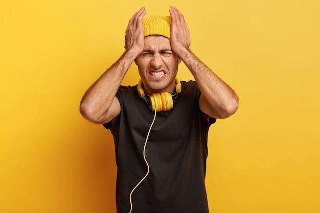 사람, 긴장, 두통. 고통과 편두통으로 불쾌한 남성 모델 Suffes, 스트레스와 절망 무료 사진