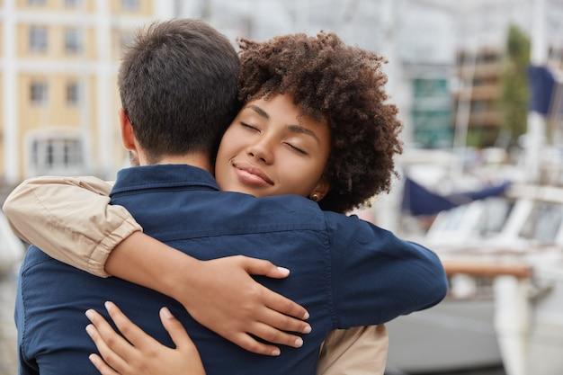 Concetto di persone, solidarietà e addio. la coppia affettuosa innamorata embarce calda, si incontra dopo una lunga partenza Foto Gratuite