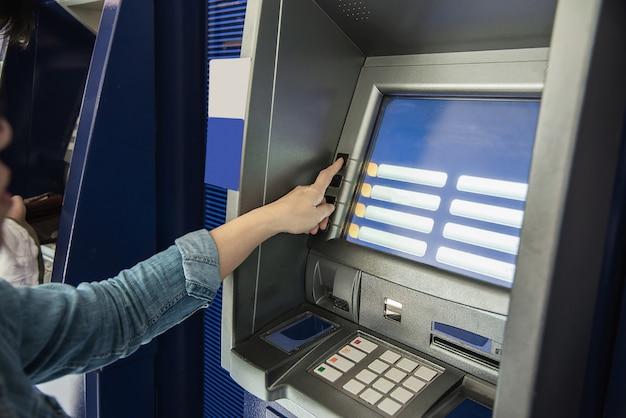 現金自動預け払い機からお金を得るのを待っている人 - 人々はatmの概念 ...