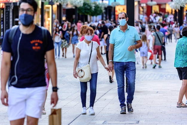 Covid19 이후 Meritxell이라는 Comercial Street를 걷는 사람들 무료 사진