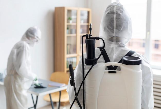 危険な場所を消毒するための保護具を着用している人 無料写真
