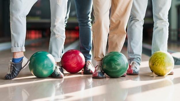 Persone con palle da bowling colorate Foto Gratuite
