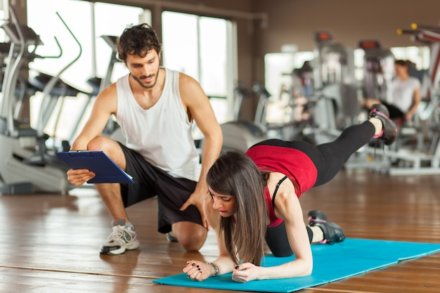 People working out together in a gym Premium Photo