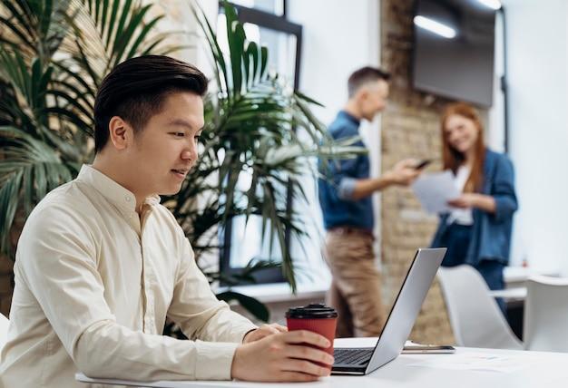 사무실에서 함께 일하는 사람들 무료 사진