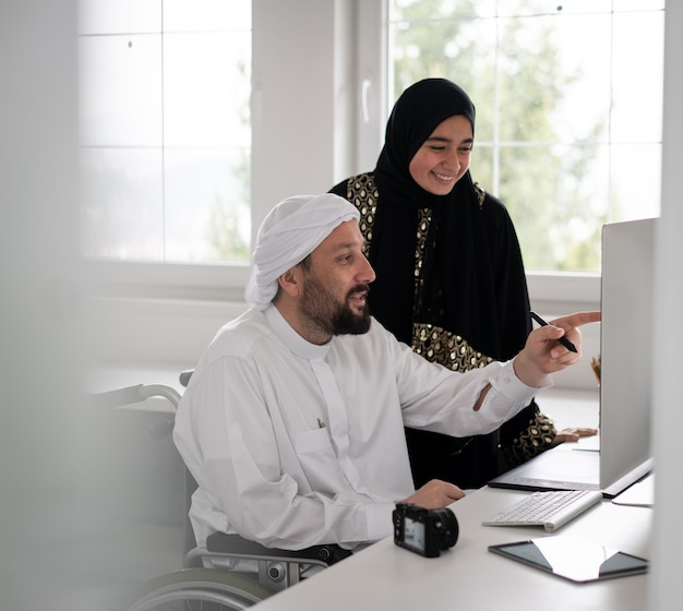People working together on computer Premium Photo