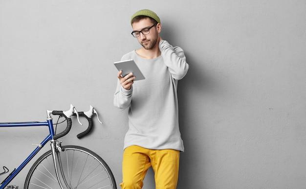 Люди, молодежь, современные технологии и концепция образа жизни. умный ученик в очках, собирается в университет или колледж, читает материал в планшете перед экзаменом, пересматривает то, что узнал Бесплатные Фотографии