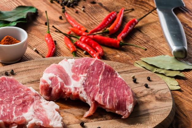 チリ、カイエンパウダー、胡pepperの入った2つのステーキ Premium写真